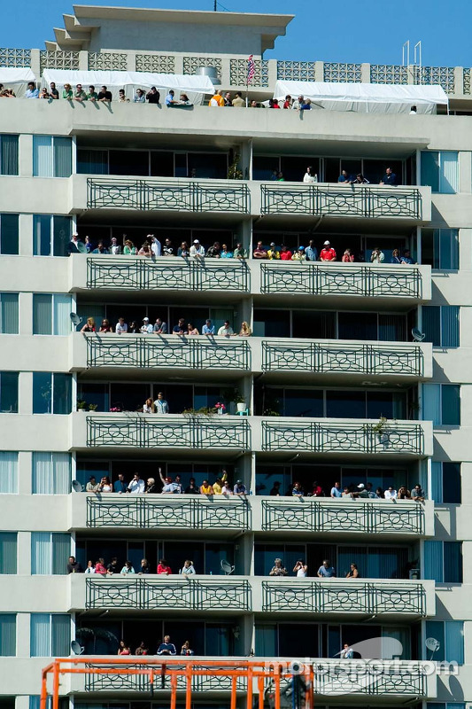 Des fans regardent la course de haut