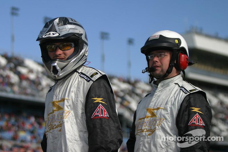L'équipe Bobby Gerhart Racing regarde la course