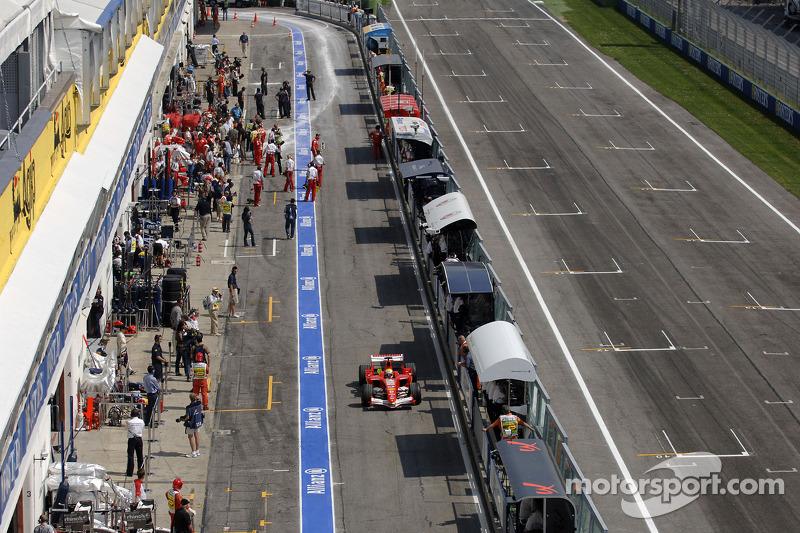 Felipe Massa dans la ligne des stands