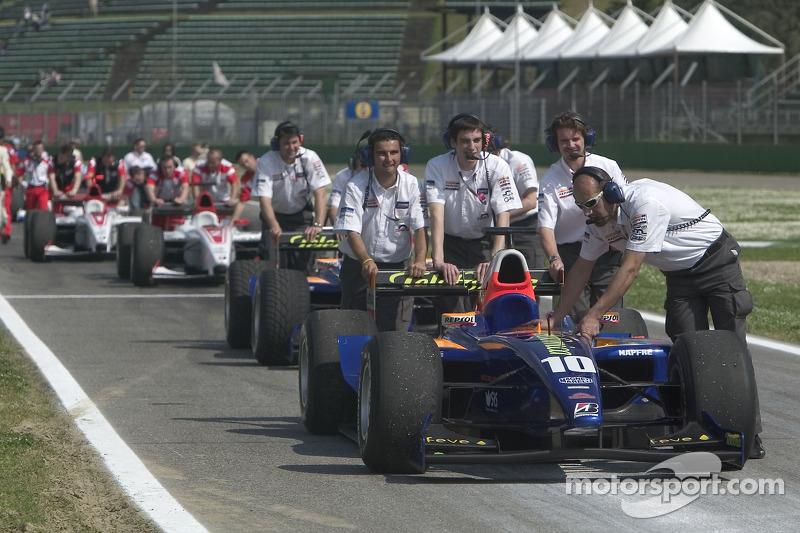 L'équipe Racing Engineering en tête de la ligne des stands