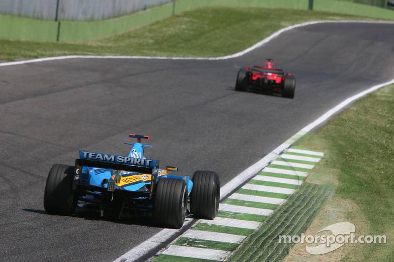 Fernando Alonso poursuit Michael Schumacher