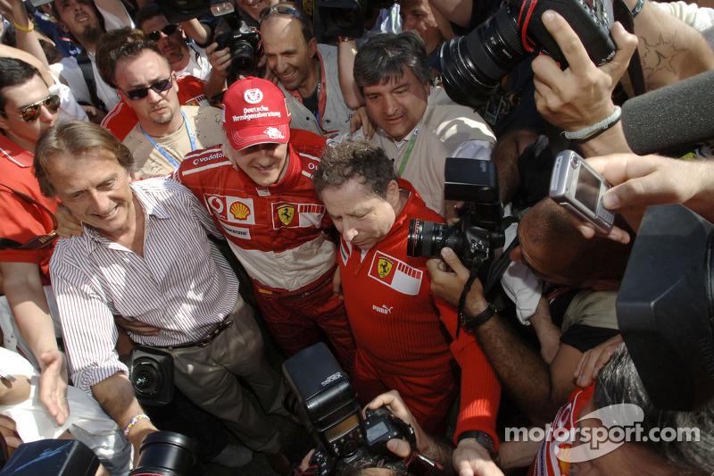 Le vainqueur de la course Michael Schumacher avec Luca di Montezemelo et Jean Todt