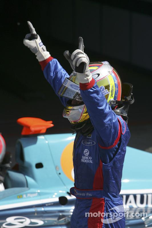 Le vainqueur de la course Ernesto Viso celebrates