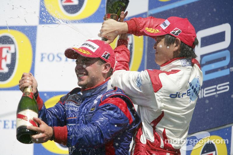 Podium: le vainqueur de la course Ernesto Viso avec Hiroki Yoshimoto