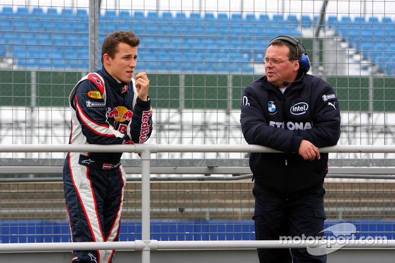 Christian Klien parle avec un membre de l'équipe BMW Sauber F1 Team
