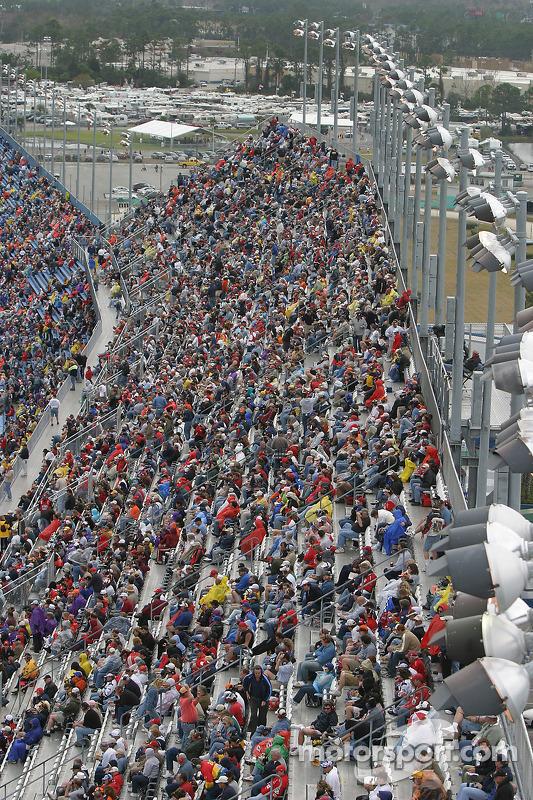 Des fans attendent patiemment que la pluie cesse de tomber