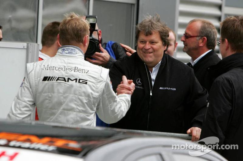 Norbert Haug félicite Mika Häkkinen