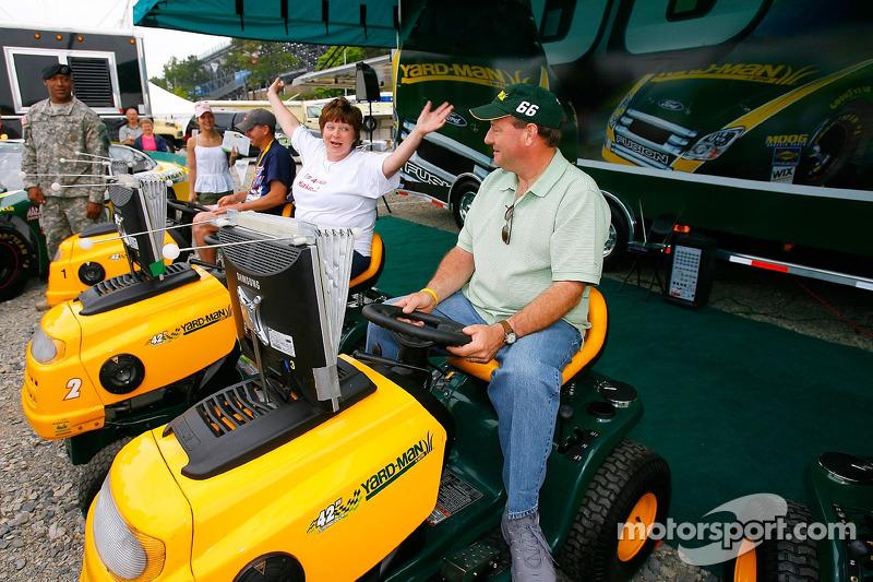 Un fan de course fête sa victoire sur Ken Schrader avant la NASCAR Busch Series Aaron's 312