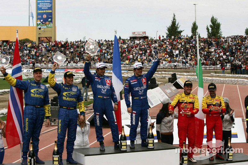 Podium: les vainqueurs Sébastien Loeb et Daniel Elena, avec le deuxièmes Petter Solberg et Phil Mills, et les troisièmes Gianluigi Galli et Giovanni Bernacchini