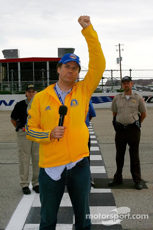 L'acteur Will Ferrell donne son signal pour démarrer le moteur au départ