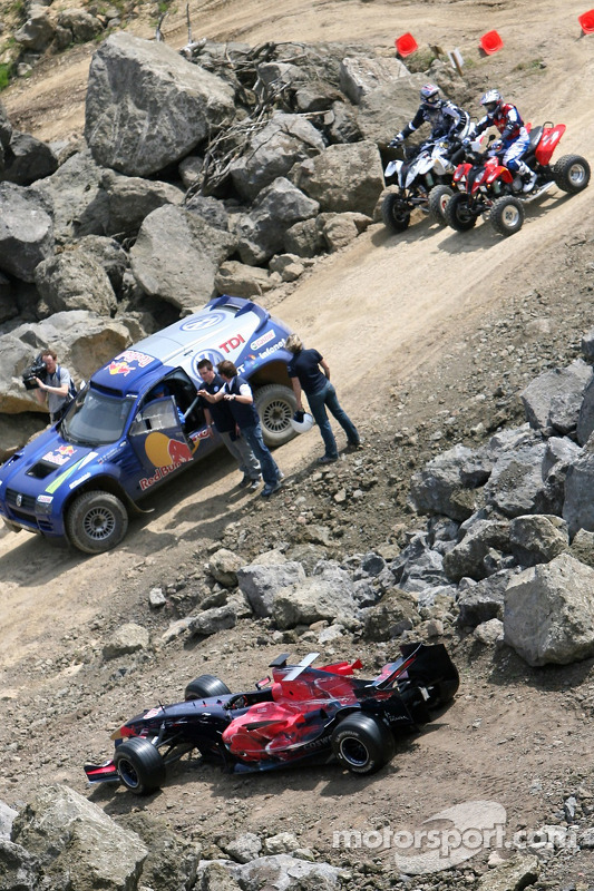 Red Bull: Robert Doornbos et Giniel de Villiers dans un Volkswagen Touareg, des quads et une voiture Scuderia Toro Rosso