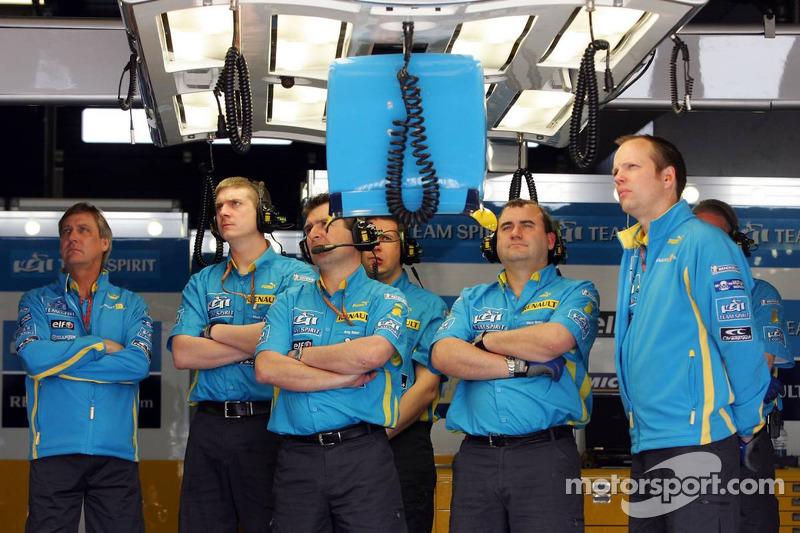 L'équipe Renault regarde la télévision