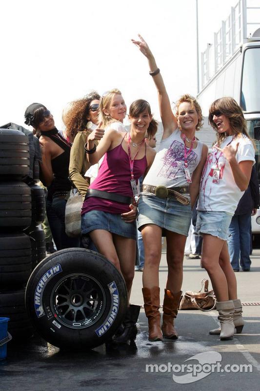 Séance photos avec les jeunes femmes de la Formule 1