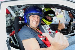 Actor Ralf Moeller and Ralf Schumacher during a Taxi ride in a Toyota Corolla from the Rally WRC 1999