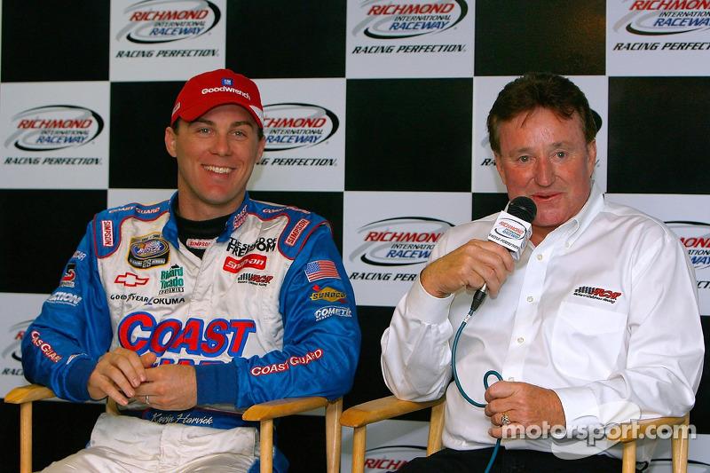 Kevin Harvick et Richard Childress pendant une conférence de presse pour l'annonce de la démission de Harvick de chez Richard Childress Racing