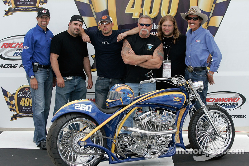 Kyle Petty de Petty Enterprises, Vince DiMartino, Paul Teutul Jr. Paul Teutul Sr. Mikey Teutul et Richard Petty de Petty Enterprises, dévoilent la OCC Custom Sunoco Motorcycle