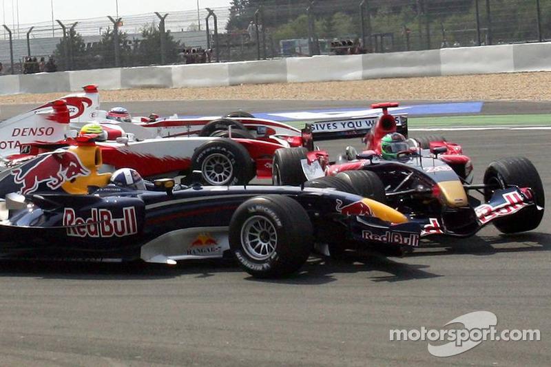 Départ: David Coulthard et Vitantonio Liuzzi en contact