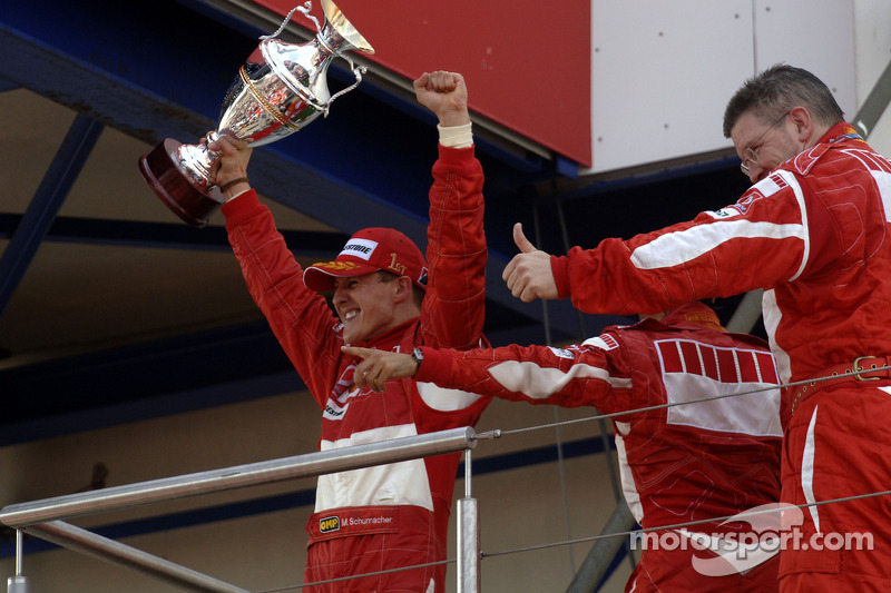 Podium: le vainqueur Michael Schumacher, Felipe Massa et Ross Brawn