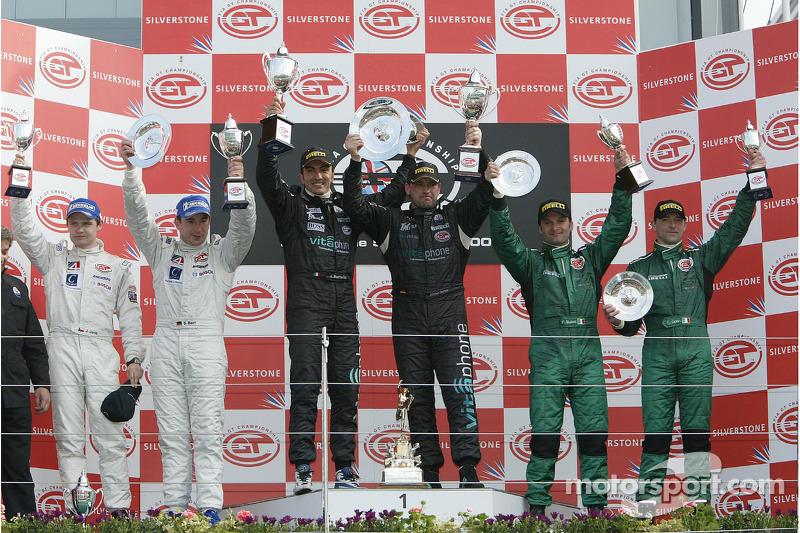 Podium GT1: les vainqueurs Andrea Bertolini, avec les deuxièmes Sascha Bert et Jaroslav Janis, et les troisièmes Fabrizio Gollin et Fabio Babini