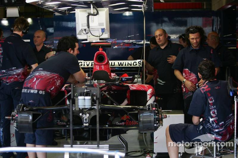 L'équipe Scuderia Toro Rosso prépare les voitures