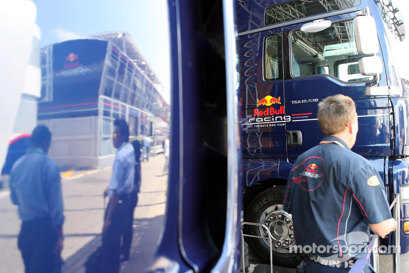 The Red Bull Energy Station, reflet dans le camion