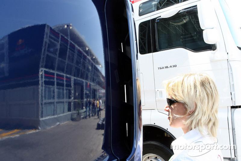 L'attachée de presse Britta Roeske et le Red Bull Energy Station, reflet dans un camion