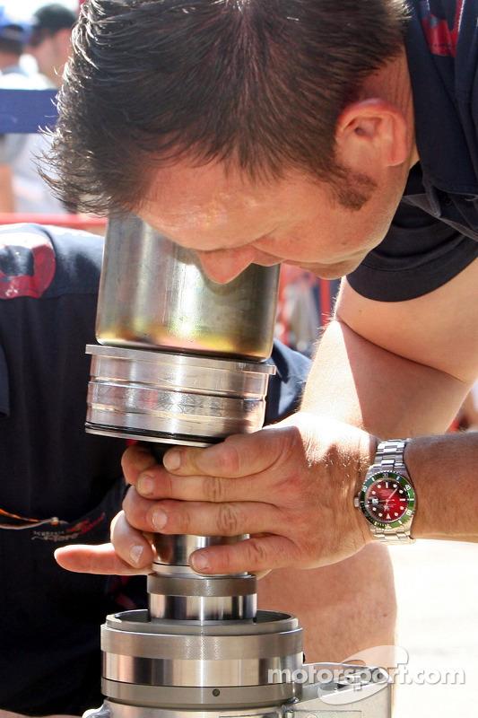 Un membre de l'équipe Red Bull Racing au travail
