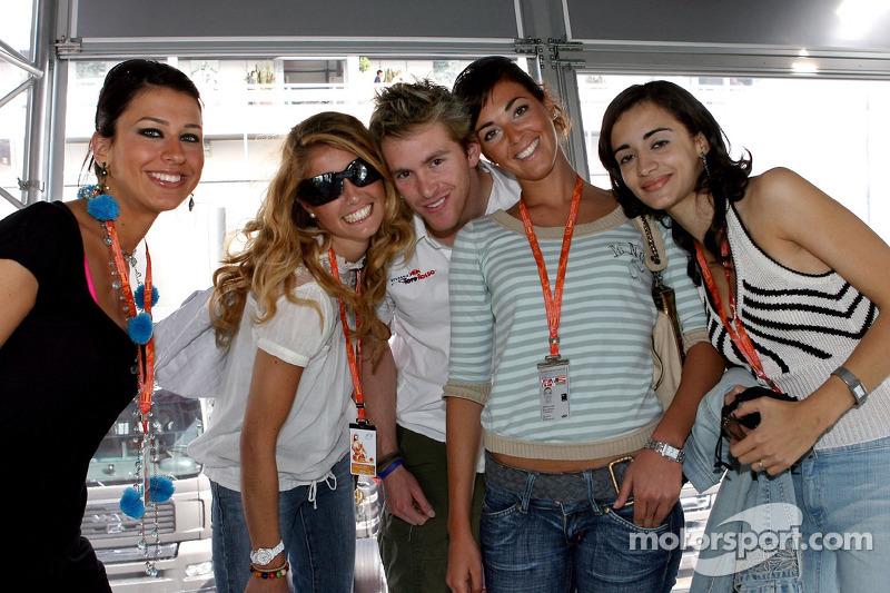 Scott Speed avec des jeunes femmes de la Formule 1