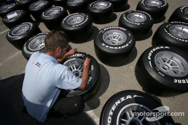 Les pneus Bridgestone sont marqués
