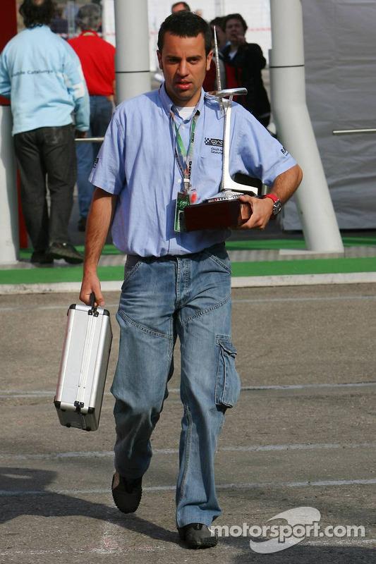 Le personnel apporte les trophées dans le paddock de la Formule 1