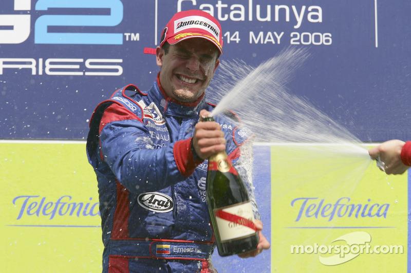 Ernesto Viso le vainqueur de la course verse du champagne