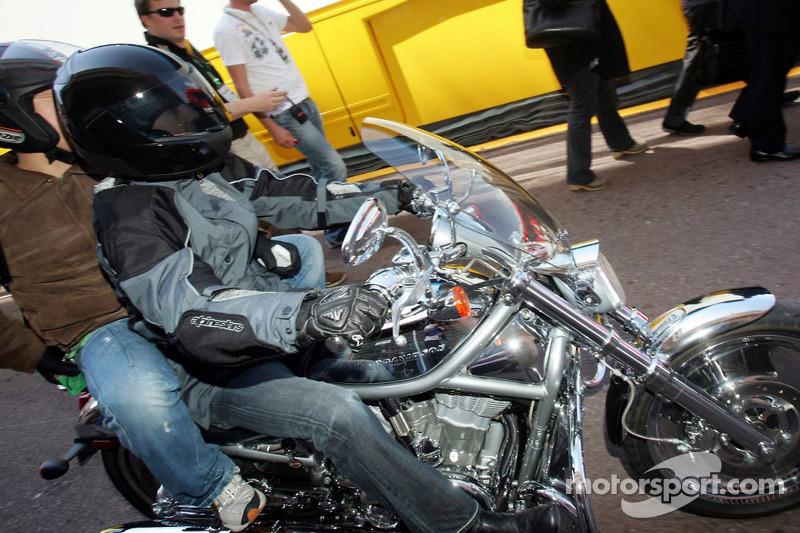 Arrivée de Michael Schumacher sur une Harley Davidson