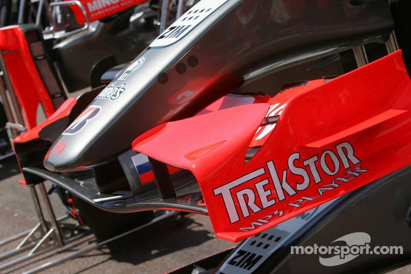 Carrosserie Midland F1 dans la ligne des stands