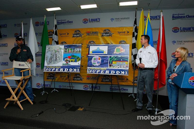 Le pilote Kyle Petty à une conférence de presse pour annoncer ses plans de construire le Kurt Busch's Sports Superdome, comme le pilote Kurt Busch et Patty Petty