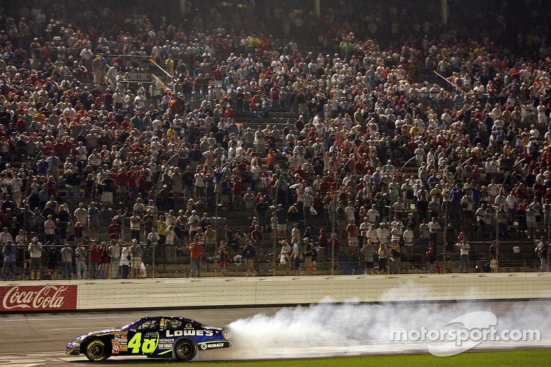 Jimmie Johnson fait chauffer son moteur après sa victoire à la NASCAR Nextel Cup Series All-Star Challenge