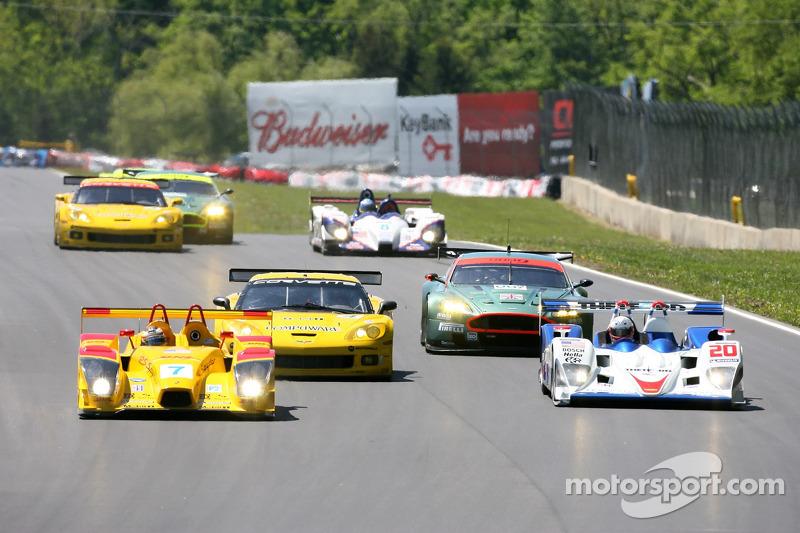 #7 Penske Motorsports Porsche RS Spyder: Timo Bernhard, Romain Dumas dépasse #20 Dyson Racing Team Lola B06/10 AER: Chris Dyson, Guy Smith