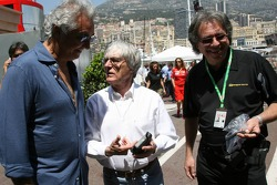 Kangaroo TV gets presented to Bernie Ecclestone and Flavio Briatore