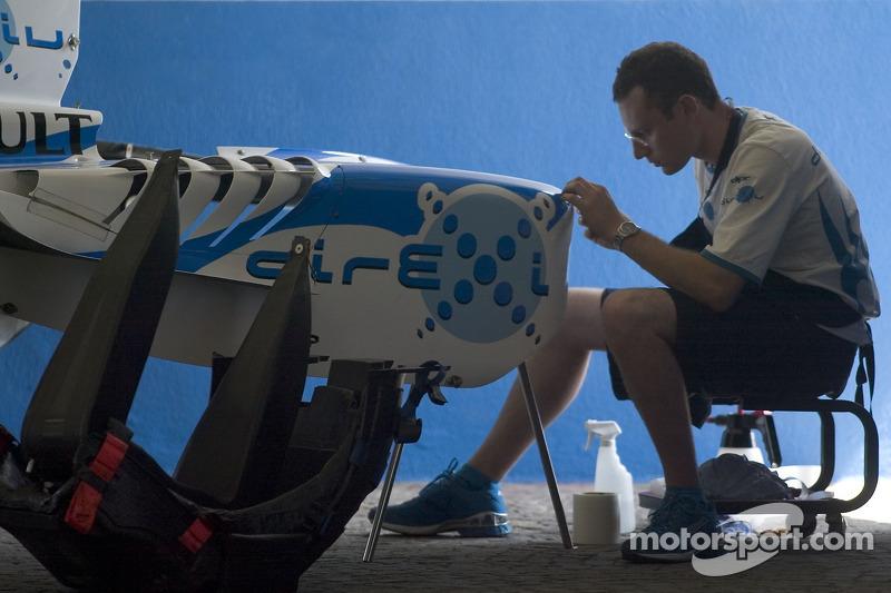 Un membre de l'équipe DPR travaille sur le capot