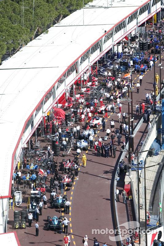 Les voitures GP2 dans la ligne des stands