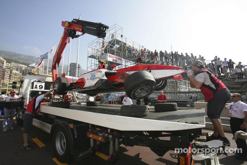 La voiture Hiroki Yoshimoto retourne dans la ligne des stands