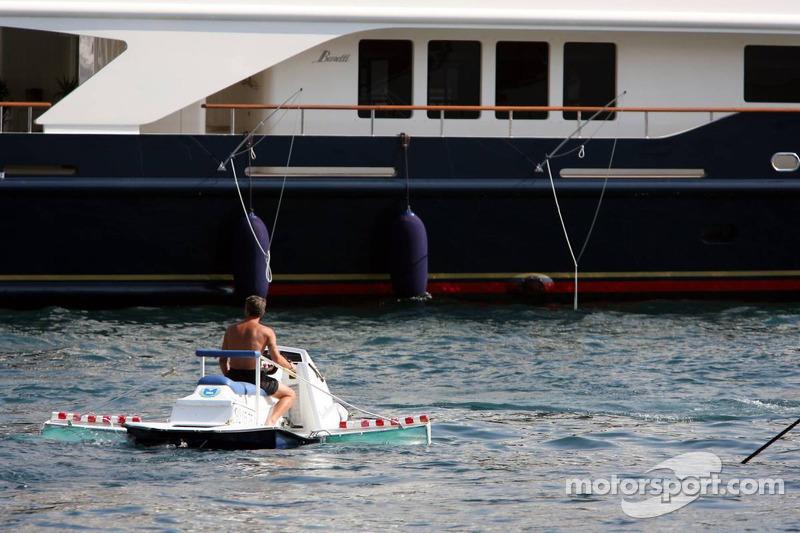 Arroseur dans le port de Monaco