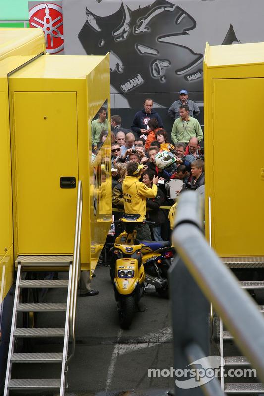 Valentino Rossi signe des autographes