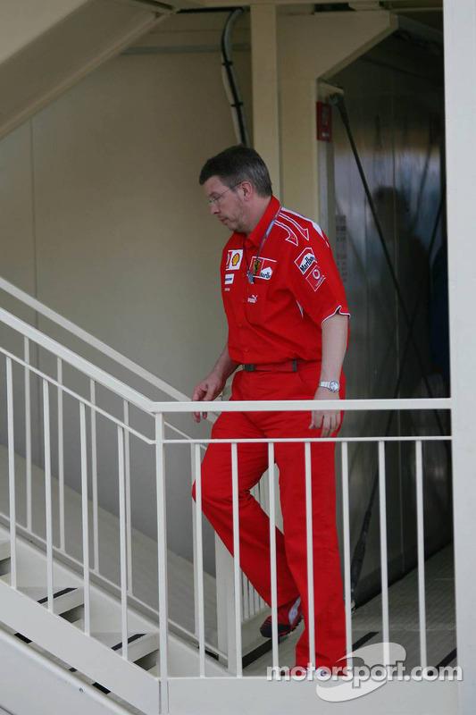 Ross Brawn assiste à la réunion des commissaires concernant la pole position de Michael Schumacher