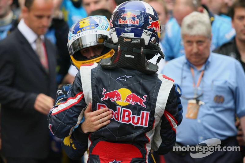 Fernando Alonso celebra con David Coulthard