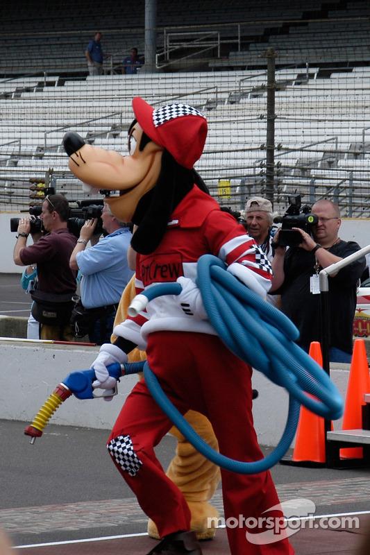 Goofy est l'homme du ravitaillement pour la course