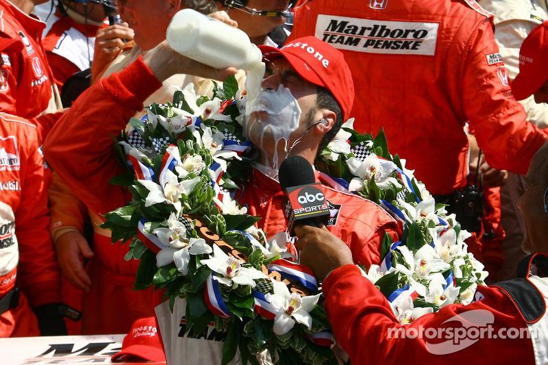 Le vainqueur de la course Sam Hornish Jr.boit le lait traditionnel des vainqueurs du Indy 500