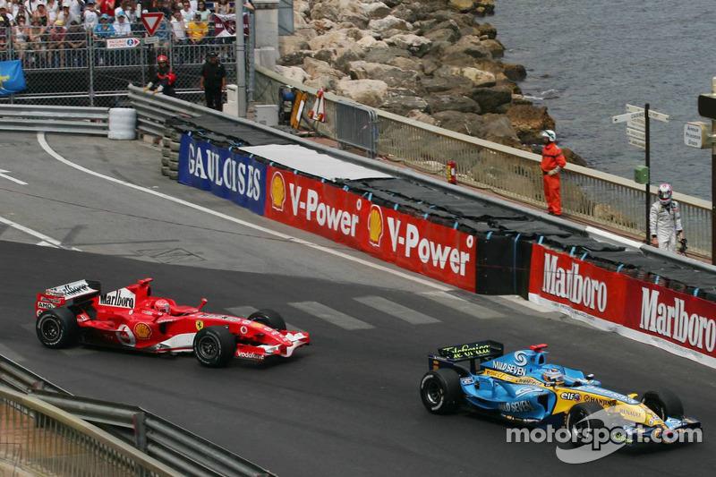 Kimi Räikkönen, à droite, regarde Fernando Alonso et Michael Schumacher dans la chicane