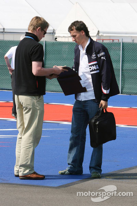 Robert Kubica firma autógrafos