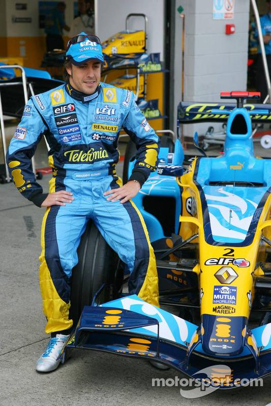 Fernando Alonso pose avec sa nouvelle voiture