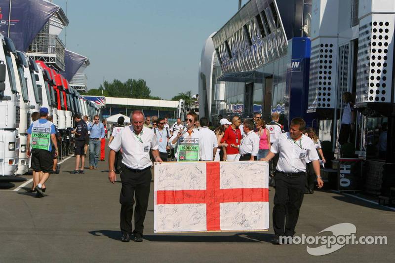 Un drapeau anglais dans le paddock